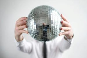 "No, no es un ""Human Disco Ball"", es Friend Within."