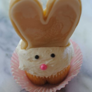 Bunny Cupcakes & a Bunny Ears Cookie Pop Tutorial!