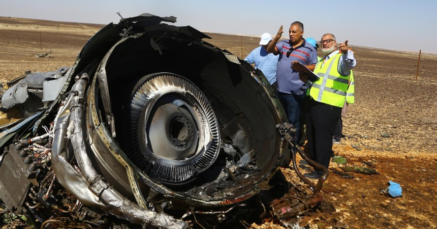 (151101) -- ARISH CITY, Nov. 1, 2015 (Xinhua) -- Rescue workers investigate at the crash site of the Russian passenger airplane which crashed at the Hassana area in Arish city, north Egypt, on November 1, 2015. Egyptian and international investigators on Sunday have begun probing the reasons of the Russian plane that crashed in Egypt's Sinai peninsula on Saturday which killed all 224 on board. (Xinhua/Ahmed Gomaa)