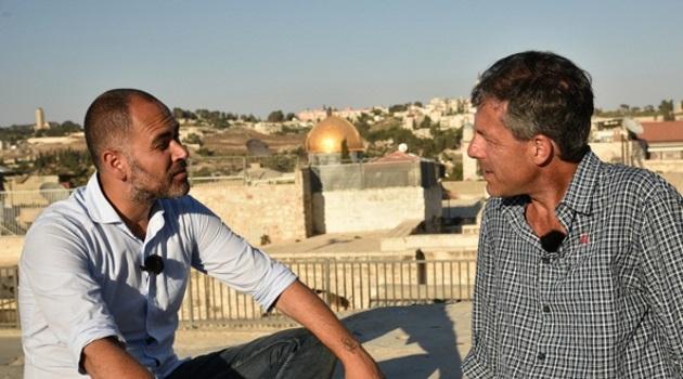 PAS_1336_@PHOTO_BY_ALESSANDRO_R-OCCA_Davide-Demichelis-e-Yias-Ashkar-durante-le-riprese-a-Gerusalemme_Photo-®Alessandro_Rocca.jpg?resize=630,350