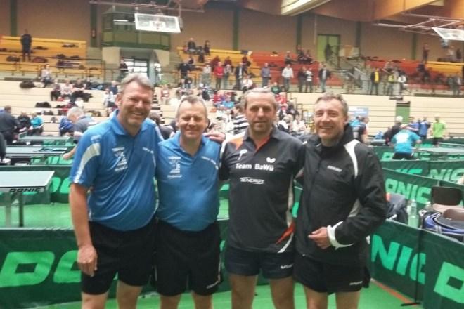 Viertelfinale: Gegen die Ex-Bundesligaspieler Carsten Matthias und Berthold Pilsl von der Spielvereinigung Steinhagen mussten Dordevic/Wüstenbecker gratulieren. (von links nach rechts)