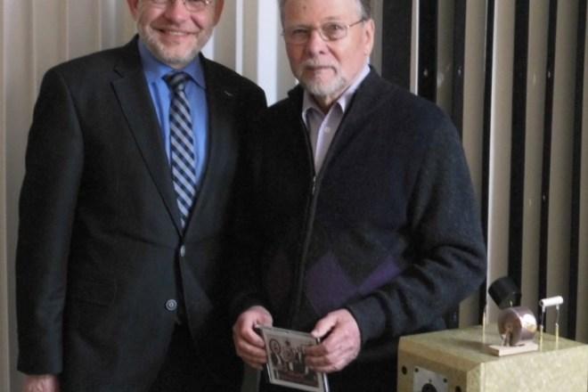 Foto: Bürgermeister Dr. Reiner Austermann (links) gratuliert Dieter Fricke.