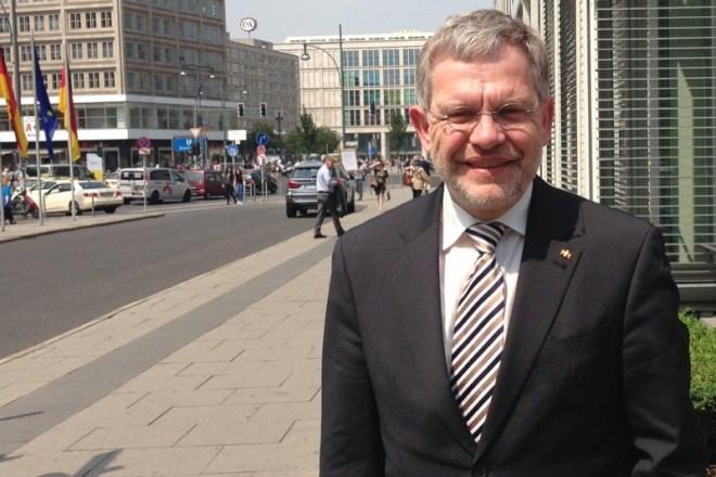 Foto: Bürgermeister Dr. Reiner Austermann vor dem Berliner Congress Center.