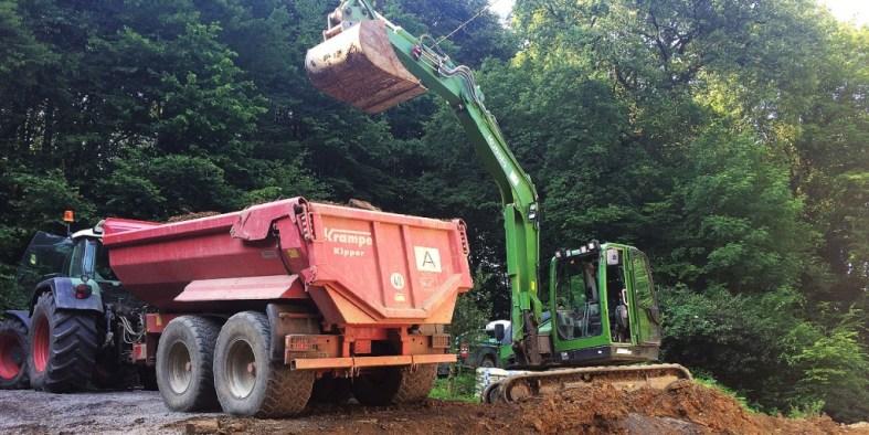 Bagger und Traktor bei Erdarbeiten