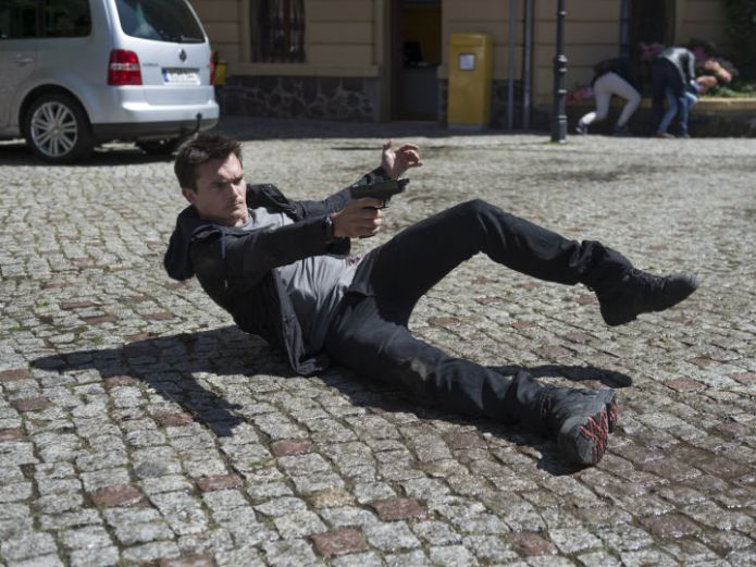 Homeland, Why Is This Night Different?, Peter Quinn (Rupert Friend) shoots back