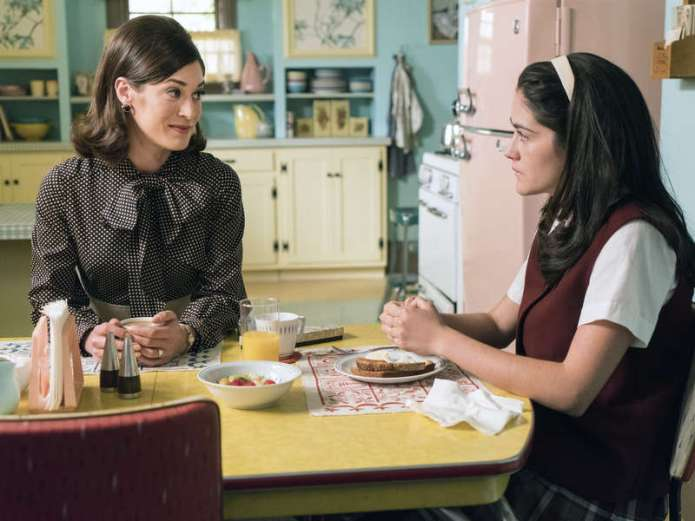 Lizzy Caplan as Virginia Johnson and Isabelle Fuhrman as Tessa in Masters of Sex (season 4, episode 2) - Photo: Warren Feldman/SHOWTIME - Photo ID: MastersofSex_402_0466