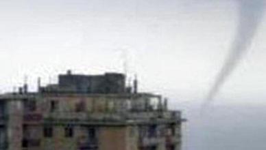 Maltempo: Liguria; tromba d'aria attraversa Genova, danni