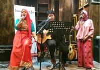 Alya dan Bintang sedang menyanyikan salah satu sajak Alya dalam peluncuran buku kumpulan puisi Taman Terakhir karya Alya Shalaisa di Soeltan Coffee, Kemang, Jakarta, Senin sore 27 Maret 2017.