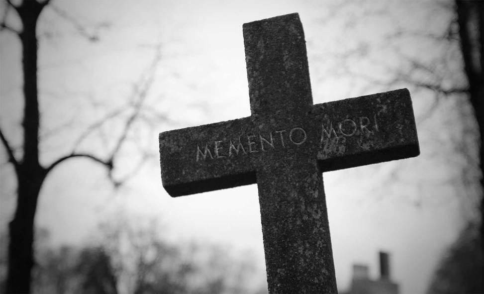 """Kors på gravlund med teksten """"Memento mori""""."""