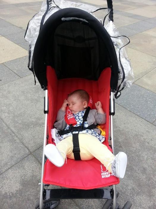 Iris echándose una siesta en su silla de paseo