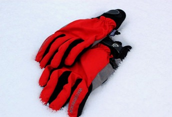 Winter cycling gloves in the snow