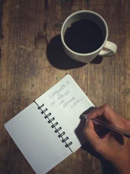 Scrivere e prendere appunti con una tazza di caffè