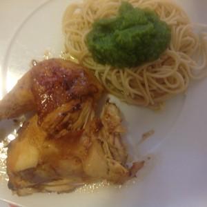 Pollo asado con naranja y guarnición de espaguetis integrales con pesto