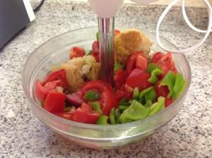 preparado para batir los ingredientes del gazpacho