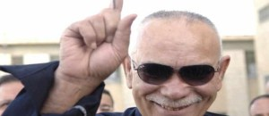 """Nawshirwan Mustafa, an Iraqi Kurdish Politician and the head of Kurdish """"Change"""" opposition movement, shows his ink-stained finger after voting in Sulaimaniya, 260 km (160 miles) northeast of Baghdad March 7, 2010. Explosions killed 24 people as Iraqis voted on Sunday in an election that Sunni Islamist militants have vowed to disrupt, in one of many challenges to efforts to stabilise Iraq before U.S. troops leave.  REUTERS/Jamal Penjweny (IRAQ - Tags: POLITICS ELECTIONS) - RTR2BBPU"""