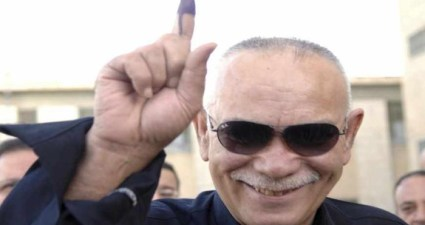 "Nawshirwan Mustafa, an Iraqi Kurdish Politician and the head of Kurdish ""Change"" opposition movement, shows his ink-stained finger after voting in Sulaimaniya, 260 km (160 miles) northeast of Baghdad March 7, 2010. Explosions killed 24 people as Iraqis voted on Sunday in an election that Sunni Islamist militants have vowed to disrupt, in one of many challenges to efforts to stabilise Iraq before U.S. troops leave.  REUTERS/Jamal Penjweny (IRAQ - Tags: POLITICS ELECTIONS) - RTR2BBPU"