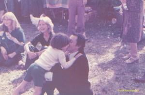 En 1977 à Louveciennes, Michel Rocard et son fils, le jour de la fête des fleurs.
