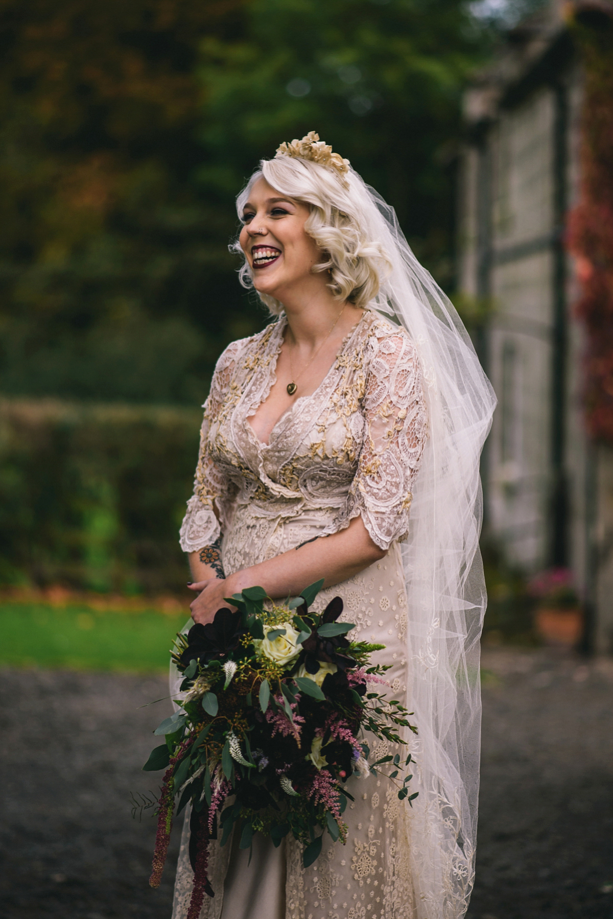 An Antique Lace Dress for a Tinder Couple and Their Romantic Autumn Wedding (Weddings )