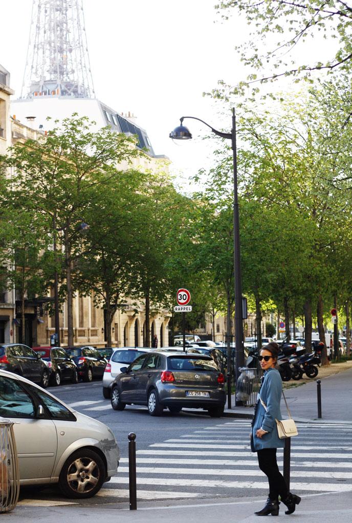 paris-eiffel-hiding
