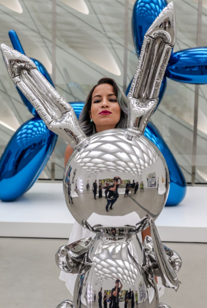 pet-the-jeff-koons-balloon-dog-peakaboo-lips