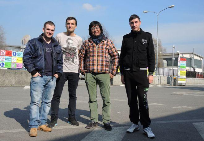 I giovani del progetto Lavoro di squadra (Adrian, Marco e Vlad) con Tommaso (Balon Mundial) all'ingresso dell'azienda dove si svolgono i tirocini. Febbraio 2015. Foto di Luca Fanelli/ ActionAid