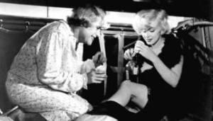 Marilyn e Tony Curtis in A qualcuno piace caldo