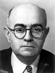 """Il filosofo tedesco Theodor W. Adorno. Celebre il suo aforisma """"fare poesia dopo Auschwitz sarebbe stato un atto di barbarie"""". Per alcuni, in questo aforisma, che vieta di fare poesia, si racchiude un atto poetico."""