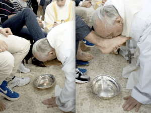 Papa Francesco lava i piedi ai detenuti in Nike