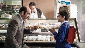 Grazie a Boris Giuliano, Arturo conosce le iris alla ricotta. Inizia a comprarle tutti i giorni, ma una mattina non può entrare in pasticceria perchè...