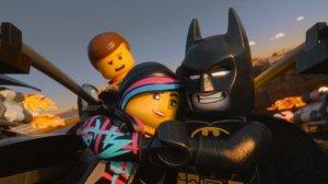 Nel mondo Lego lei è la bomba sexy, Batman è un cialtrone e l'operaio dietro fa quel che si aspetta da lui