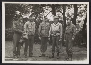 Walker Hancock, Lamont-Moore, George Stout insieme a due soldati a Marburg, in Germania, nel 1945