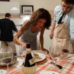 Un buon chef guida l'impiatto con attenta discrezione