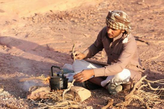 Preparando il tè nel deserto