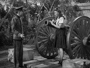 Cadetti e ragazzine giocano con i cannoni. La guerra vera è distante un'Oceano