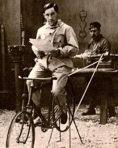 Girardengo in allenamento sui rulli. Nel 1915 stava esplodendo come campionissimo. Dovrà aspettare la fine della guerra.