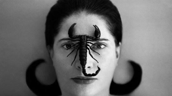 """Marina Abramović, immagine di """"copertina"""" della prima puntata di Dante 7.5.0."""