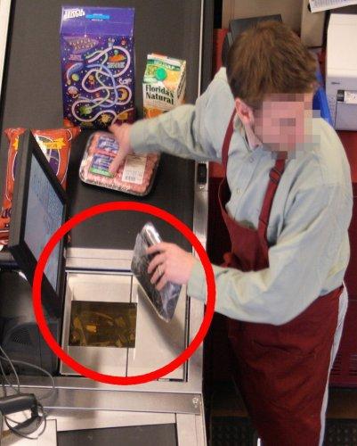 """Una telecamere """"pesca"""" un cassiere in combutta con un cliente, che fa passare i prodotti senza che passino sopra la """"scanner"""""""