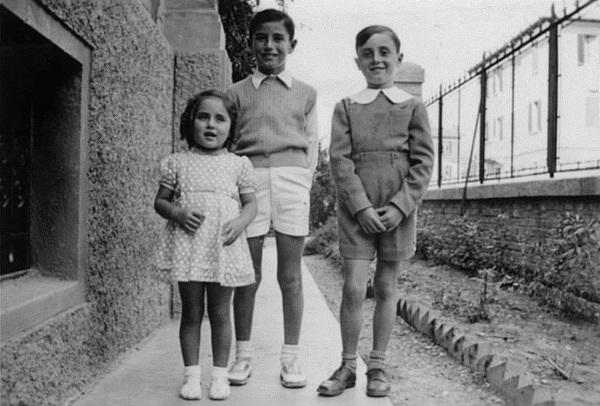 Da sinistra: i figli di Weisz, Clara e Roberto Weisz e un amico
