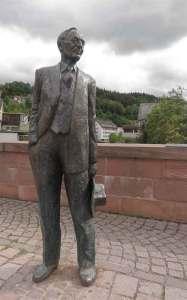 Statua dedicata ad Hermann Hesse sul ponte Nikolaus a Calw, sua città natale