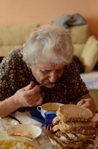 vecchia che mangia