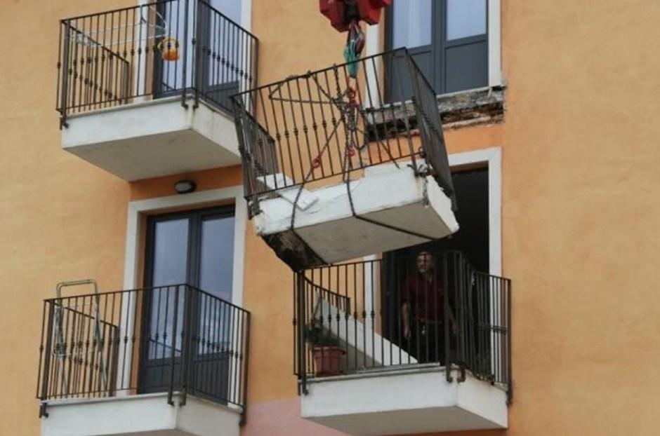 Balcone collassato in una new town a l'Aquila