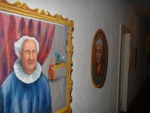 """Ci sta fissando. Dipinto nella """"lobby"""" dell'Amargosa Hotel."""