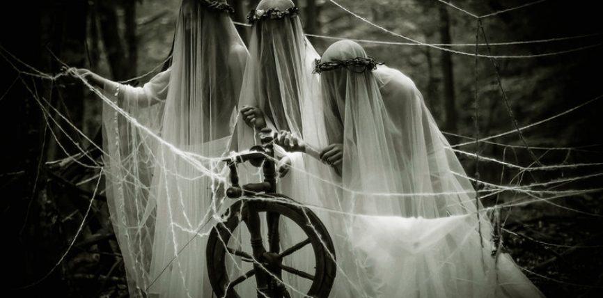 Le tre Moire hanno  tre compiti diversi: una tesse il filo del fato di ogni uomo, un'altra lo svolge, mentre l'ultima lo taglia, segnandone la morte.