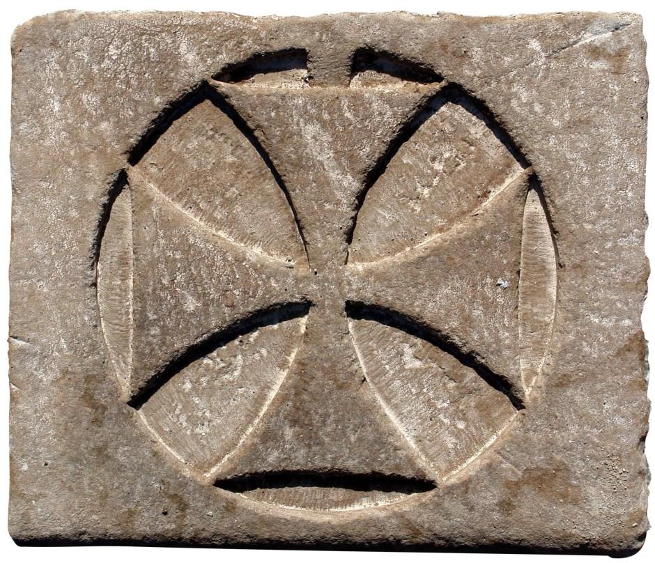 Croce templare in pietra