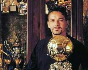 Roberto Baggio posa con il Pallone d'Oro 1993