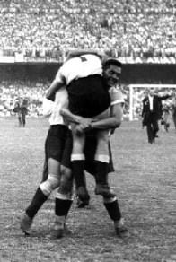 Varela  abbraccia Ghiggia a fine partita