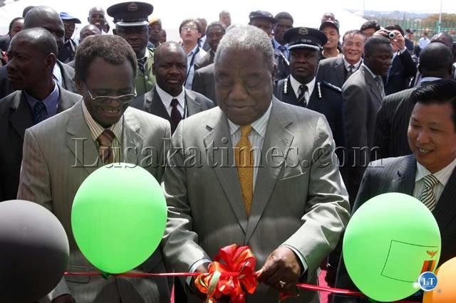 President Banda cutting the ribbon