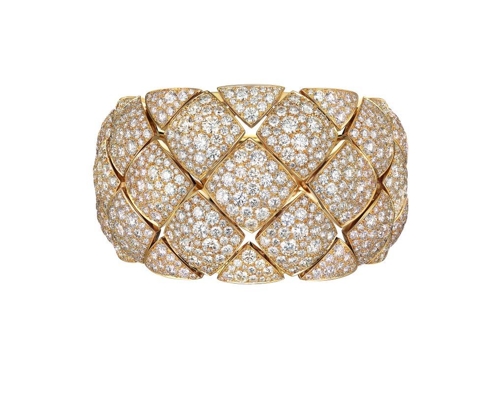 """Manchette """"Signature d'Or"""" en or jaune 18K serti de 1054 diamants taille brillant pour un poids total de 43,3 carats. Photo par CHANEL Joaillerie"""