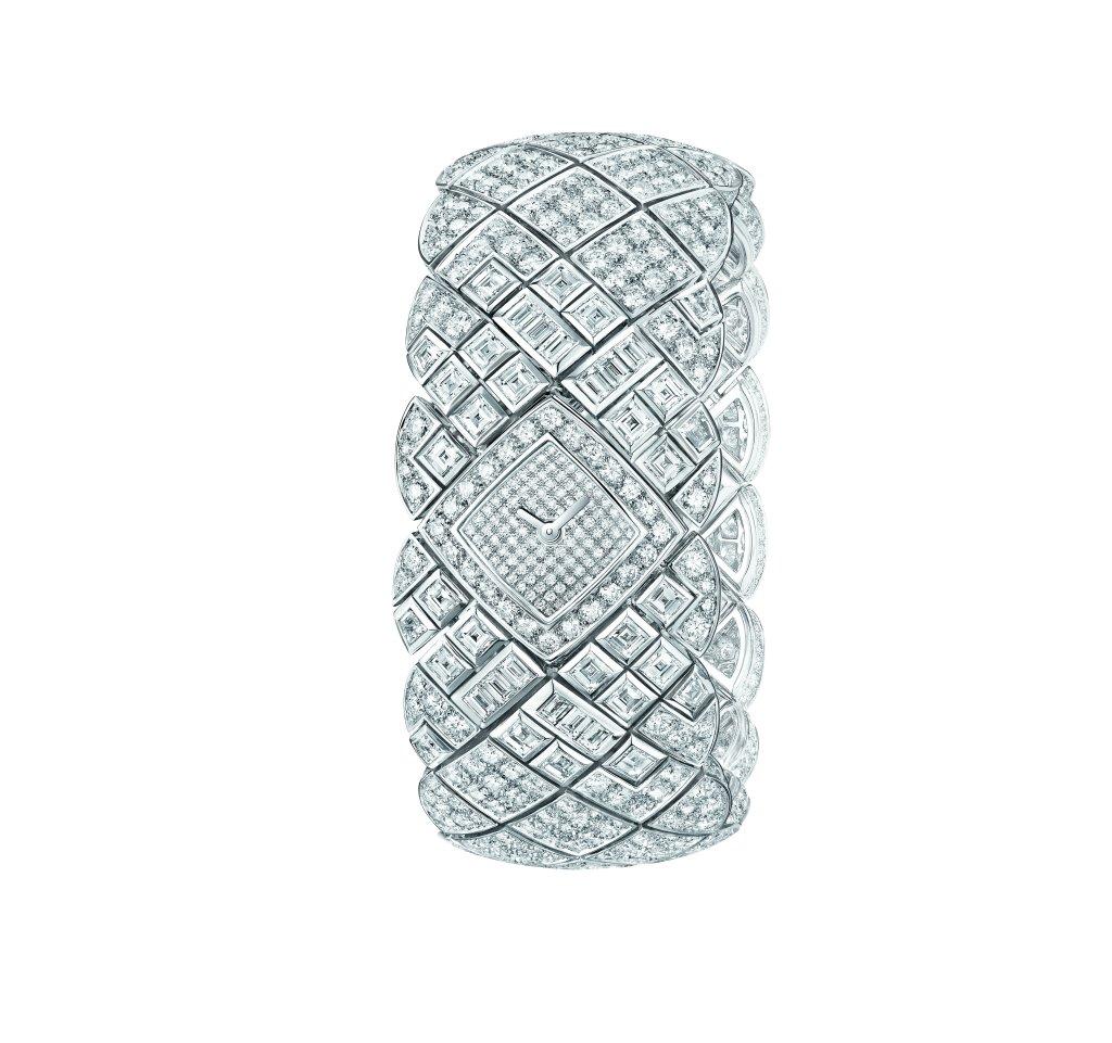 """Montre """"Signature de Saphir"""" en or blanc 18K serti de 28 diamants taille carré pour un poids total de 3,1 carats, 858 diamants taille brillant pour un poids total de 22 carats et 12 diamants taille baguette. Photo par CHANEL Joaillerie"""