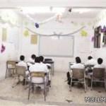 طالب ينظف في مدرسة «متهالكة» ...و«التربية» تنتظر شكوى من ولي أمره
